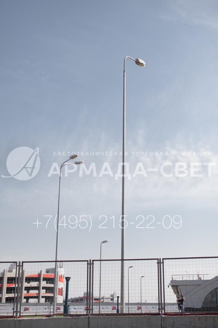 На опору коническую граненую можно устанавливать несколько осветительных приборов и использовать их для освещения индустриальных площадок и территорий спортивных объектов. На фото представлены опоры типа ОГК, на которые установлены 1 и 2 консольных светильника на радиальном кронштейне, а также световые приборы без дополнительных монтажных деталей.
