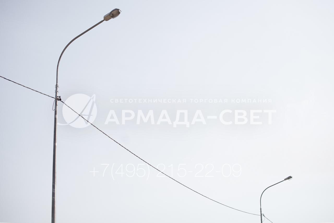 Силовые осветительные опоры ОГС на этой фотографии изображены вместе с воздушными кабелями, по которым подается электричество к светильникам. Для устройства системы освещения используется особый СИП, который выдерживает свой вес и нагрузку от налипшего на него снега. Он изолирован особым полимером, который не становится хрупким на морозе.
