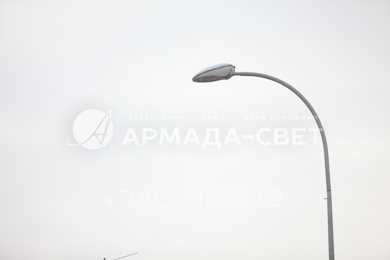 Кронштейн под консольные светильники может иметь разную высоту и длину выноса, а также радиус изгиба. От этих параметров зависит, на каком расстоянии световое пятно от светильника будет располагаться относительно опоры. В приведенном на фото примере используется консольный прибор освещения.