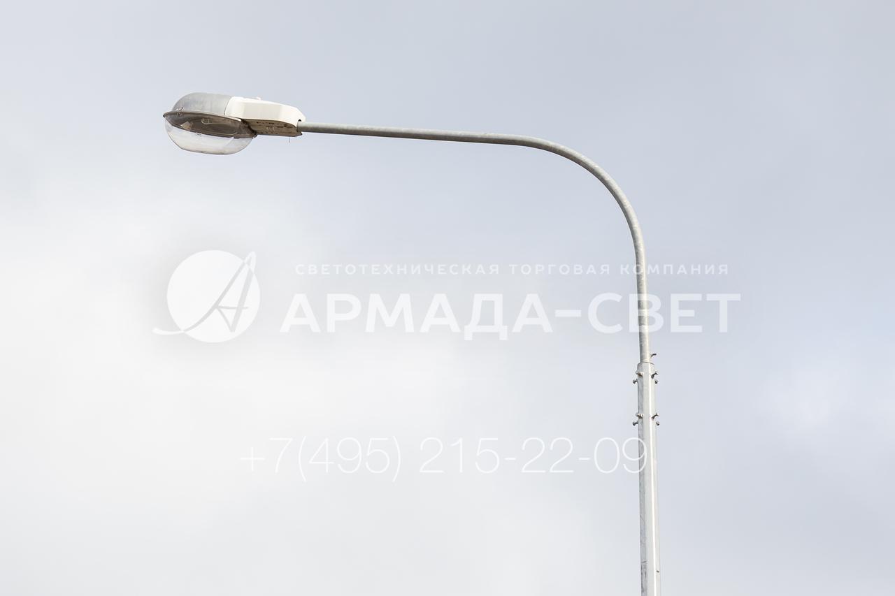На кронштейнах под консольные светильники часто устанавливают световые приборы с газоразрядными лампами. Они излучают яркий световой поток и потребляют меньше электричества, чем лампы накаливания. Пускорегулирующая аппаратура встроена в корпус, что облегчает монтаж.