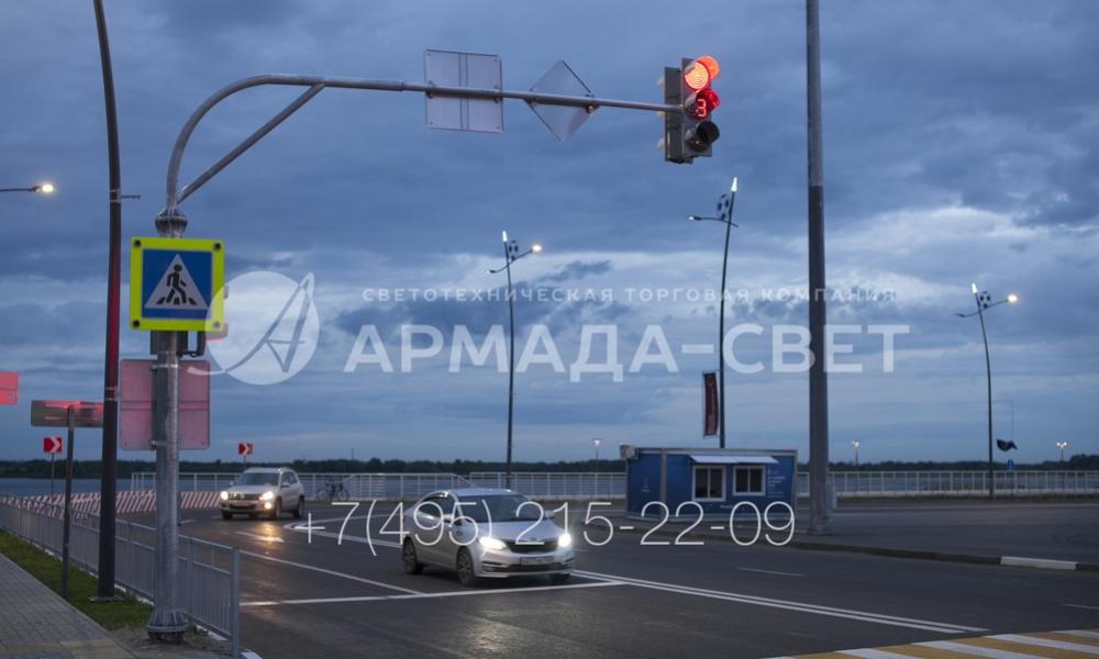 Преимуществом светофорных стоек с консолями является то, что второй светофор размещается прямо над проезжей частью. За счет этого светосигнальное оборудование видно водителям, которые едут в крайних правых полосах движения.