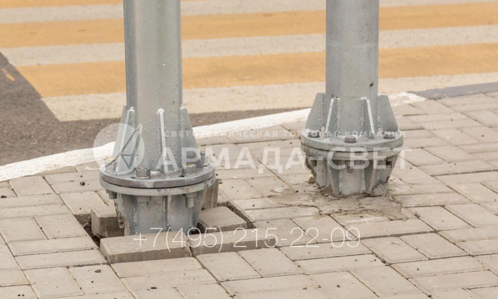 Светофорные стойки устанавливаются на месте с помощью фланца и закладной детали. Такой способ монтажа дает возможность снять наземную часть конструкции и заменить ее на новую без разрушения фундамента (например, при ДТП или износе).