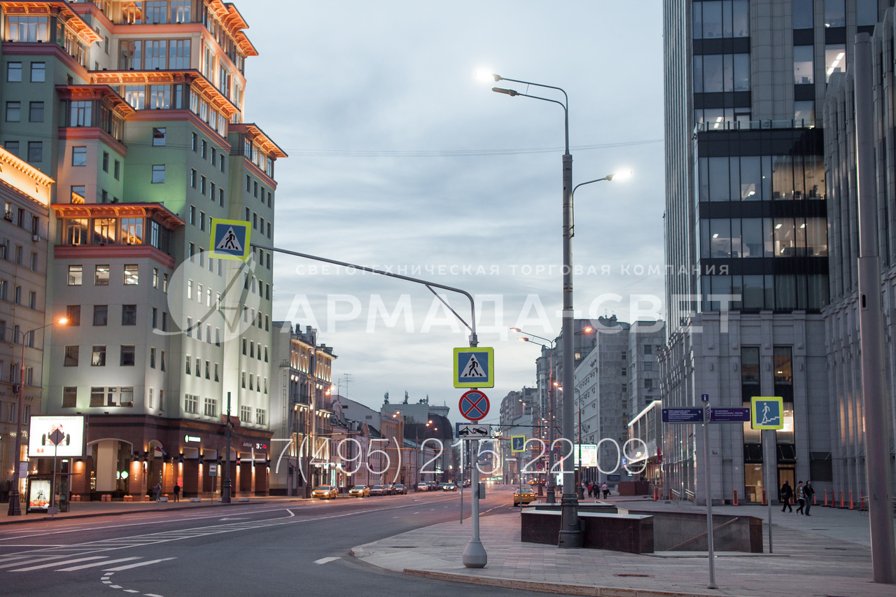Для удобного монтажа стойки для светофоров устанавливаются на улицах города с помощью фланца. В варианте на фотографии громоздкий фланцевый монтажный узел декорируется конической тумбой.