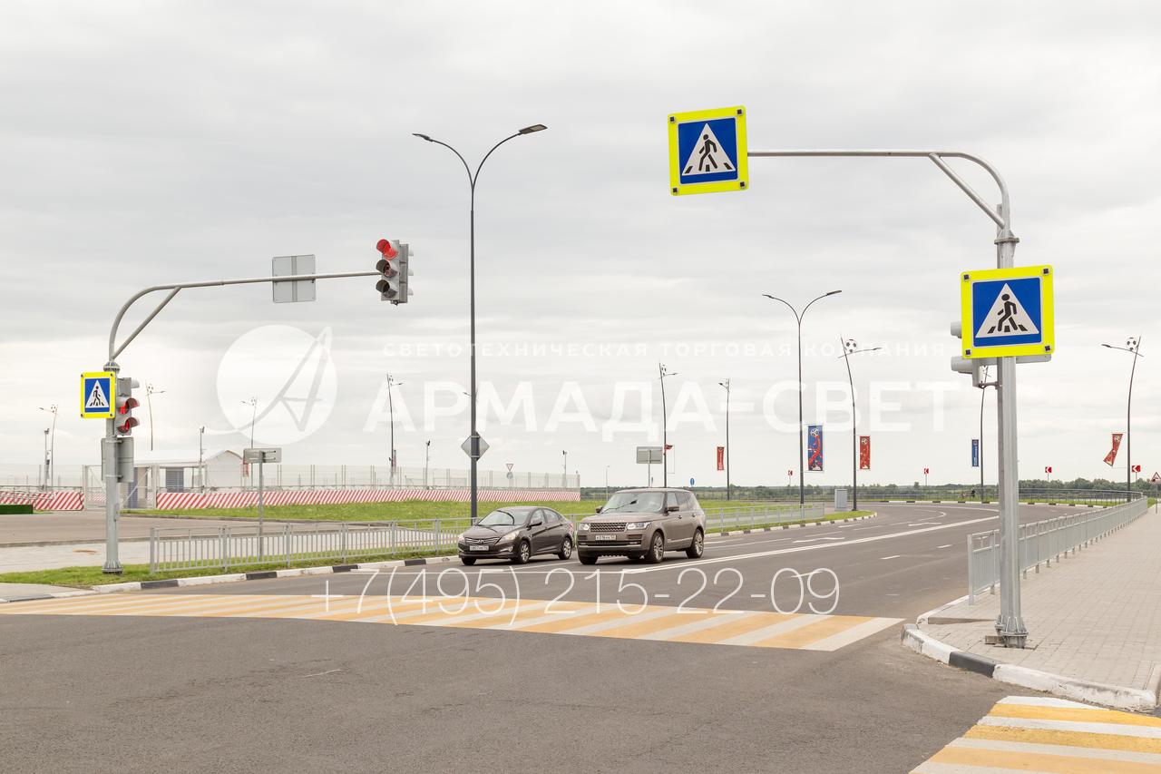 При установке светофоров на широких дорогах используются светофорные стойки с наклонными консолями. Их длина рассчитывается в зависимости от ширины дороги и веса оборудования, которое планируется установить.