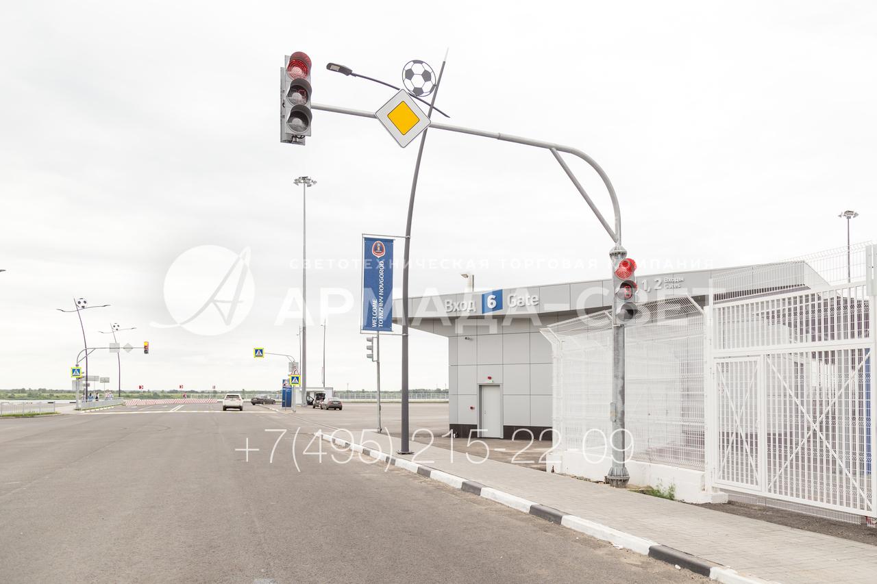 Светофорные стойки, несмотря на свое название, являются многофункциональными инженерными конструкциями. Помимо светофоров в количестве 2 и более штук, на них можно устанавливать дорожные знаки, камеры наблюдения, коммутационные шкафы.